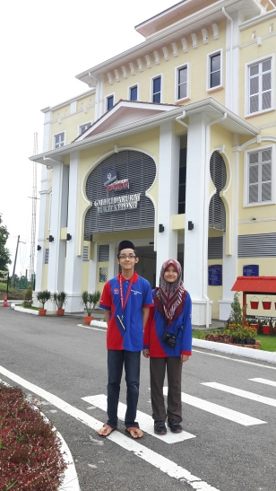 Saya dan kakak saya Aeshah bergambar di hadapan bangunan utama Galeri Darurat Bukit Kepong, Muar, Johor.